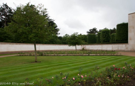 De tuin der vermisten met de muur waarop 1557 namen staan vermeld