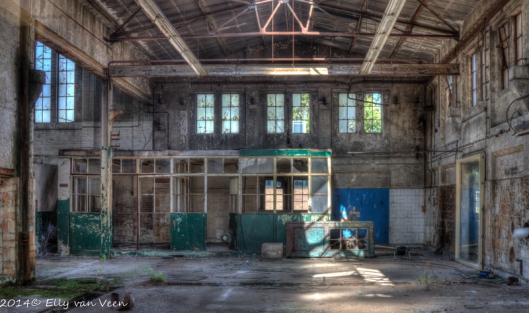 Fabriekshal, foto is genomen door glas