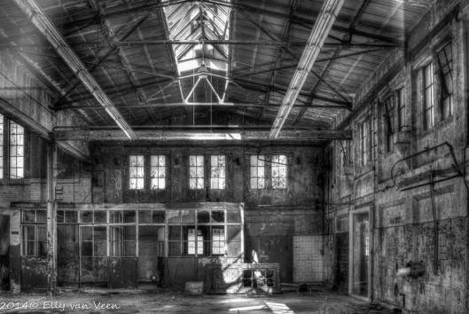 Fabriekshal, omgezet in zwart wit.