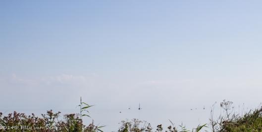 Het IJsselmeer is als een spiegel, boten lijken te zweven