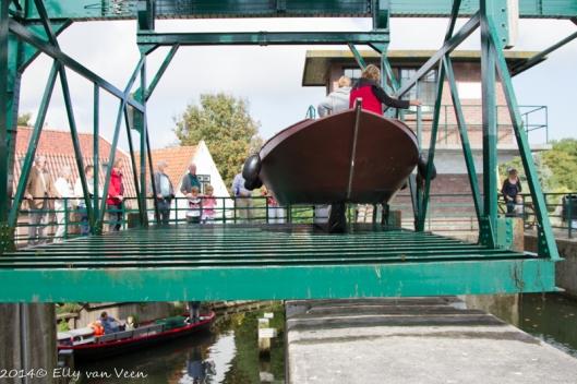 Nu gaat de Overhaal naar het hoger gelegen water van de Broekerhaven